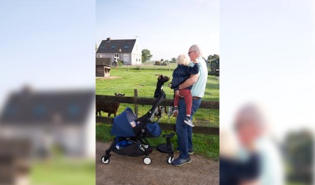 <p>Hoogendoorn met zijn kleinzoons.&nbsp;</p>