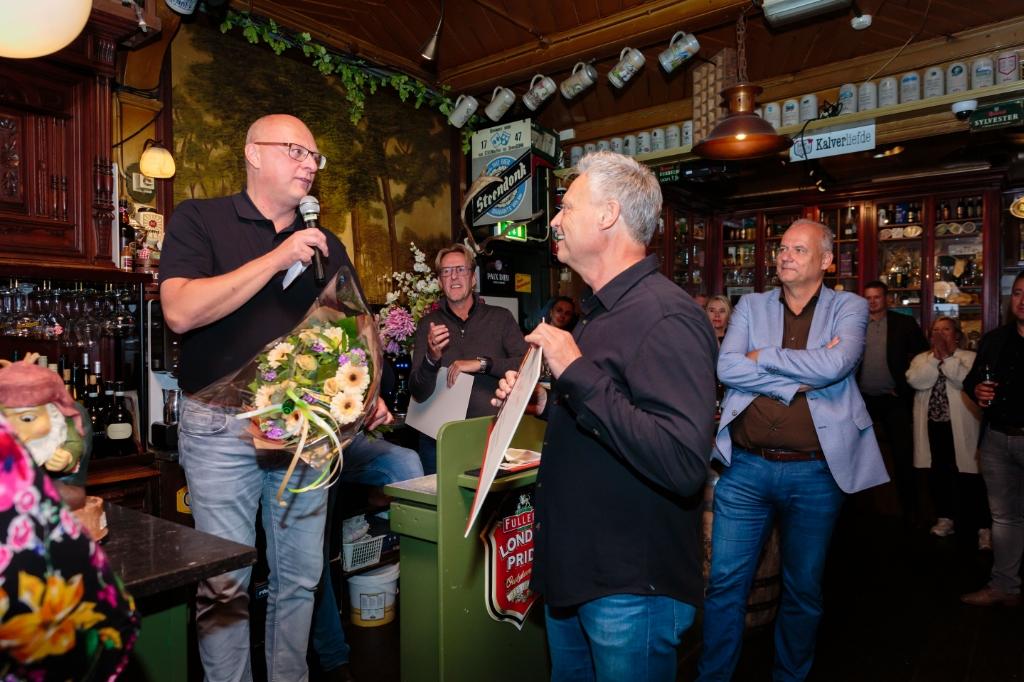 """George Bruijnesteijn wisselt de cheque om voor een onvervalst avondje Wolter Kroes. """"Goed voor de horeca"""". aldus de eigenaar van het fitnesscentrum. (Foto: Els Broers) © rodi"""