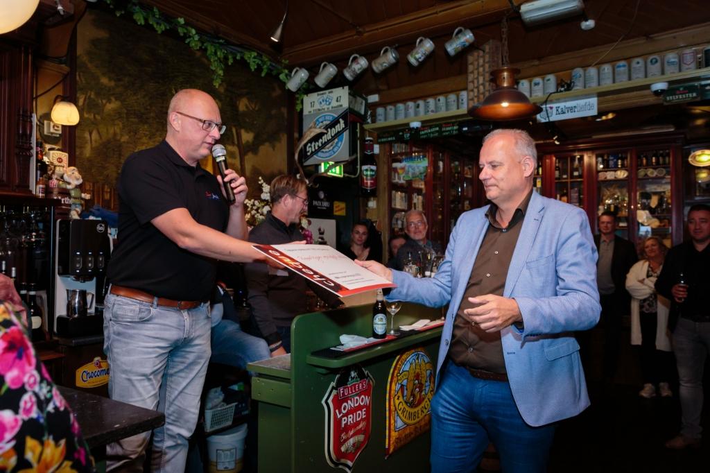Marco Kuiper krijgt van de andere Marco de cheque overhandigd. (Foto: Els Broers) © rodi