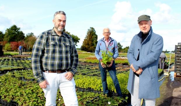 <p>Scriptschrijver Jan Tekstra doet inspiratie op bij de kwekerij van Nico Rijnbeek (met plant). Links theatermaker Jean-Paul Karting.</p>