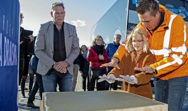 Kinderhanden in het cement bij de start van de bouw van het Expertisecentrum.