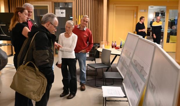 <p>&nbsp;Belangstellenden bekeken de plannen tijdens de informatieavond.</p>