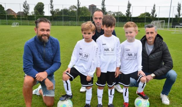 <p>De eigenaren van sponsor NR. 10 Interieurbouw met drie van de de jonge spelertjes.</p>