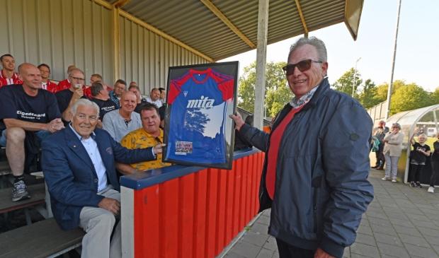 <p>Hein Buijs overhandigt als nog het shirt aan Bob Maas.</p>