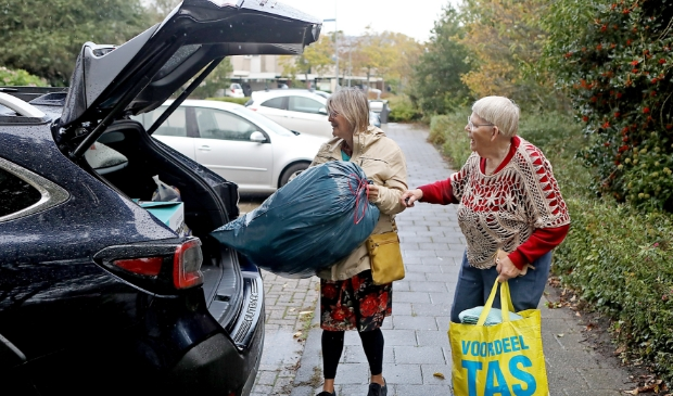 <p>Er worden ruim 200 kleedjes in de auto geladen.</p>