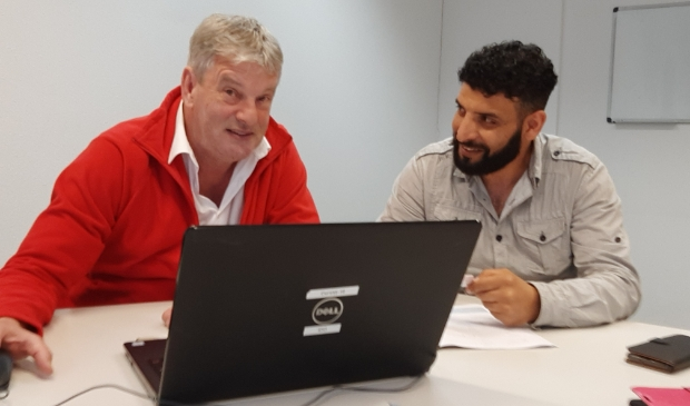 <p>Peter den Nijs (links) biedt als vrijwilliger hulp aan mensen die in financieel-administratieve kwesties vastlopen.</p>