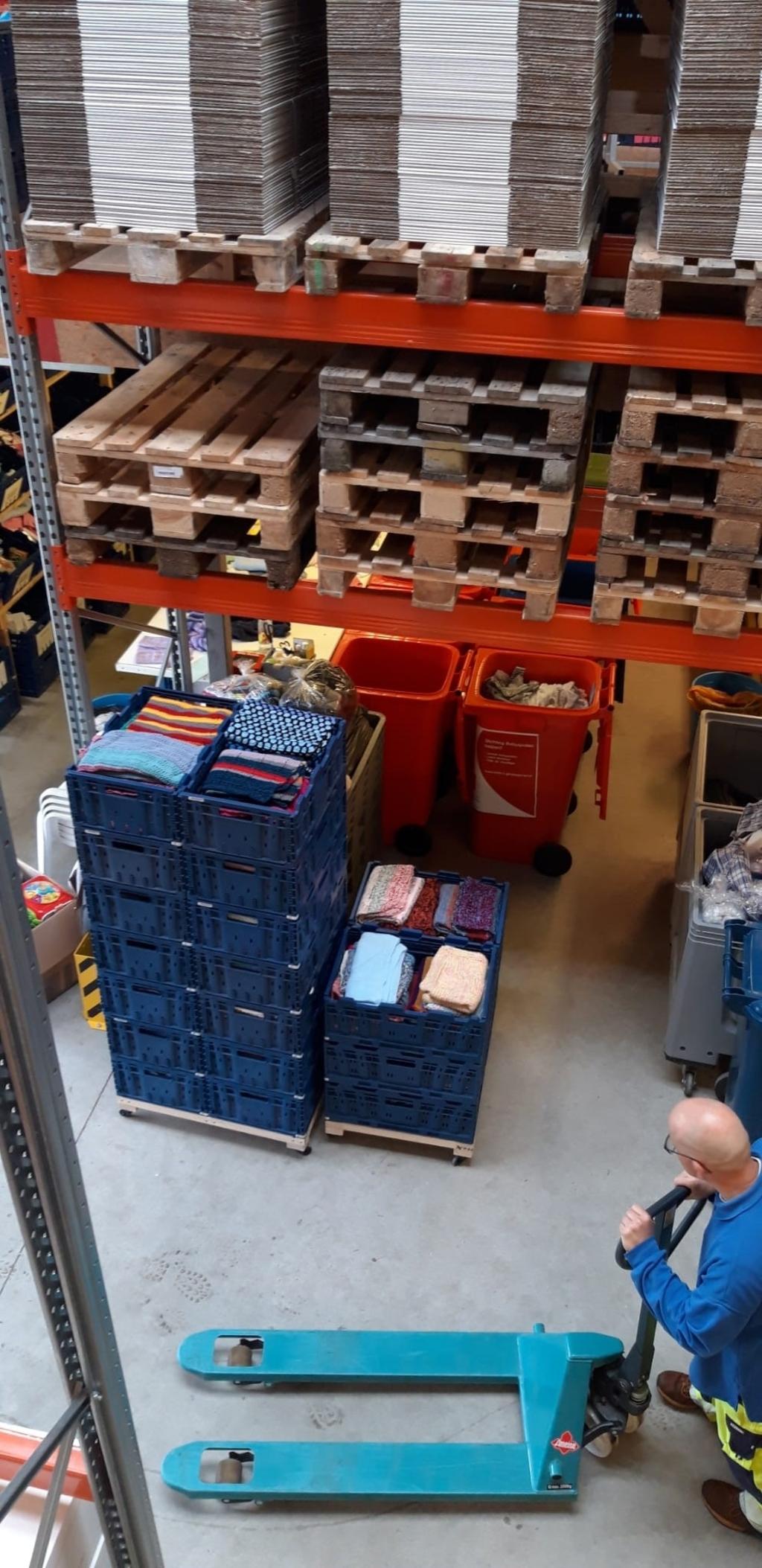 Alle kleedjes zijn in kratten opgestapeld bij Babyspullen in Heerhugowaard. ((Foto: aangeleverd )) © rodi