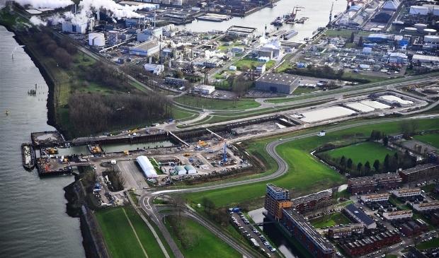 <p>&nbsp;Vanwege vertraging in de bouw van de Hollandtunnel van de Blankenburgverbinding is de Zuidbuurt ter hoogte van het bouwterrein van maandag 18 oktober tot en met vrijdag 24 december afgesloten voor autoverkeer. &nbsp;</p>