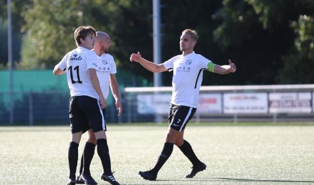 <p>Jan Jaap Schaper (r) maakte twee van de drie doelpunten.</p>