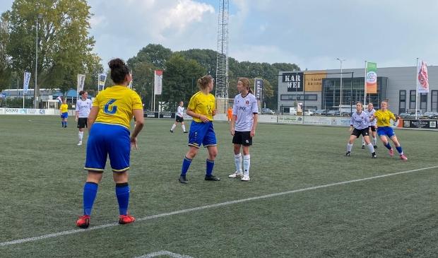 <p>Robin van der Pompe gooit de bal in richting Marl&egrave;ne van den Bosch.</p>