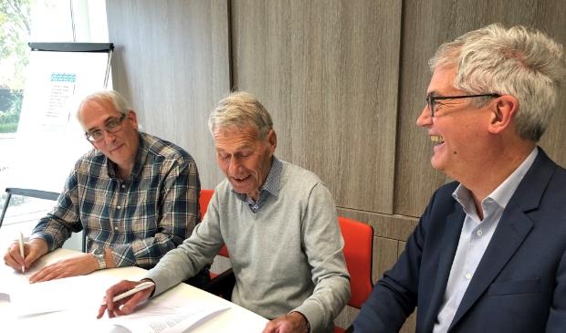 <p>Ondertekening samenwerkingsovereenkomst door: vlnr bestuursleden Quackenbosch Joan Tacx en Dammes van der Poel directeur Peter Hoogvliet van MeerWonen.</p>