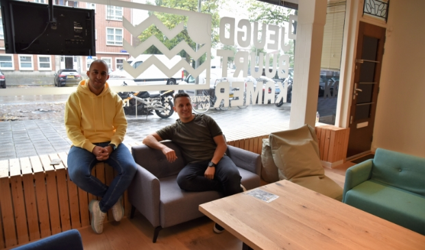 <p>Imad Aoulad Taher en Mourad El Otmani in de Jeugdbuurtkamer.<br><br></p>
