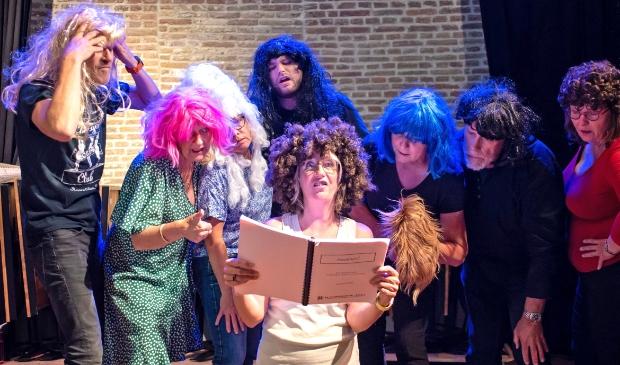 <p>Toneelgroep Drommedaris Enkhuizen staat weer op de planken: Willeke Poot oefent met haar mede-acteurs voor de nieuwste voorstelling.</p>