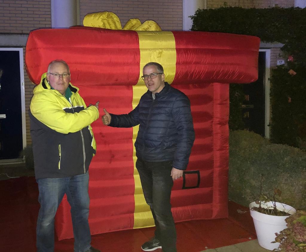 Het Grootste cadeau van Nederland' is ook op het Sinterklaasfeest te vinden. Links comitévoorzitter René de Reus en zijn medeorganisator. (Foto: aangeleverd) © rodi
