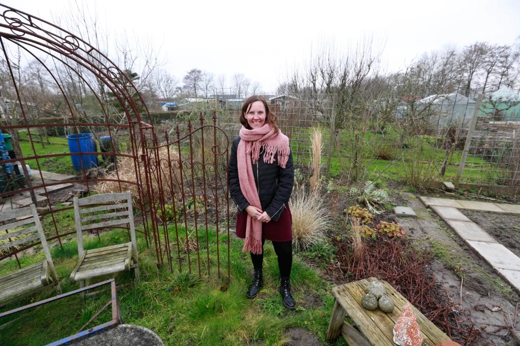 <p>Tanja kan zich heerlijk uitleven in haar tuintje op De Vork, en ze is niet de enige.</p> (Foto: Theo Annes) © rodi