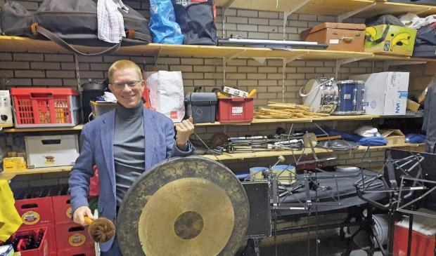 """<p pstyle=""""ONDERSCHRIFT"""">Caj Oosters heeft de gong paraat om de herstart na corona in te luiden.</p>"""