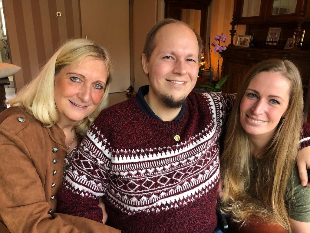 Joeri omringd door moeder Anneke en zus Myrthe. (Foto: Rodi Media/NV) © rodi