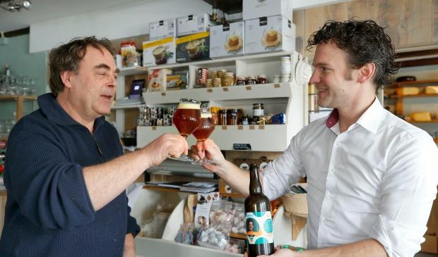 <p>Jelle Beemsterboer (rechts) proost met zijn eigen gebrouwen bier.</p>