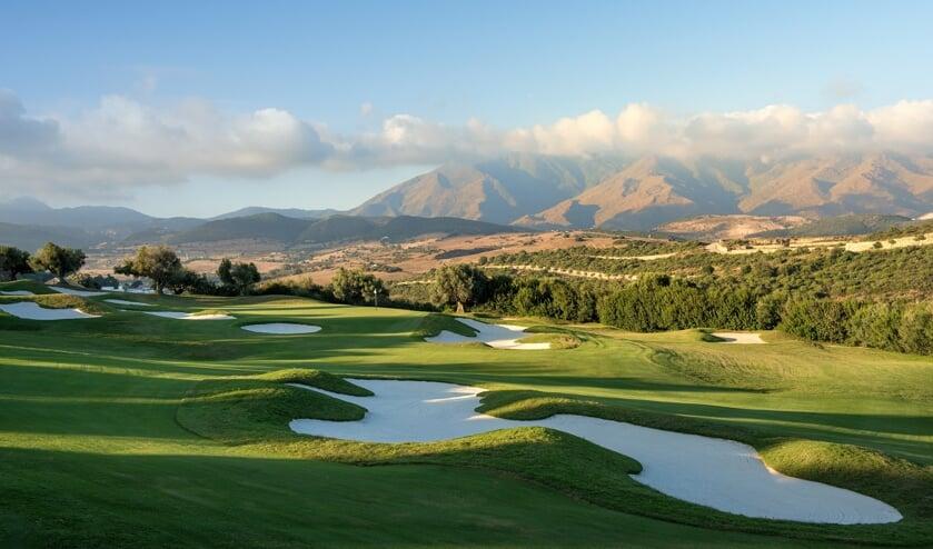 De prachtige course van Finca Cortesin tegen achtergrond van de ook al fraaie Montañas de Casares.