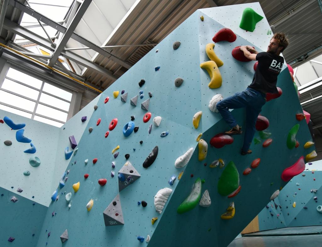 """<p pstyle=""""PLAT"""">Bas Jonker, mede initiatiefnemer van BAZ Bouldergym, klimt als een berggeit omhoog. Het bijzonder gave indoor klimcentrum heeft bij De Hellema onderdak gevonden in de Oostzijde. &nbsp;</p>"""