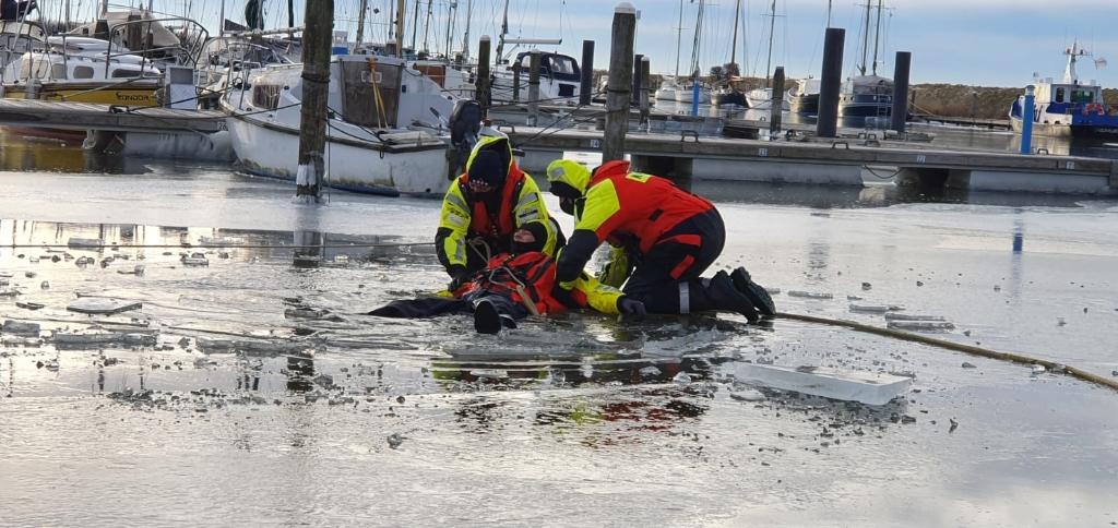 <p>KNRM Andijk oefende afgelopen weekend &#39;zelfredzaamheid&#39; op ijs.</p> ((Foto: aangeleverd)) © rodi