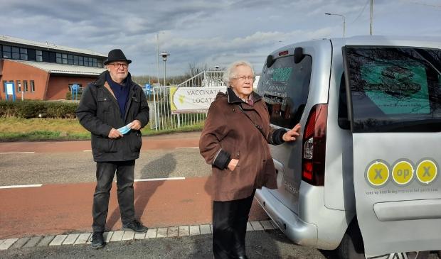 <p>Tini de Jager (84) en Trefpuntchauffeur Jan Vink bij de vaccinatielocatie in Alkmaar.</p>