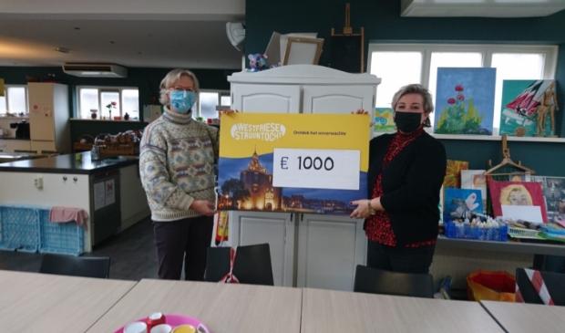 <p>Hanneke Borst overhandigt namens Stichting Westfriese Struuntocht de cheque aan Debbie van Dokkum van De Baanbreker in Enkhuizen.</p>