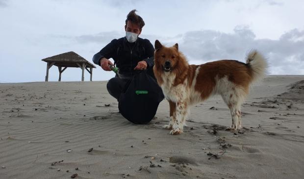 <p>Daan Strang met hond Wolfje in actie op zijn strand bij Schoorl aan Zee.</p>