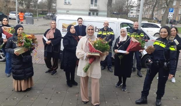 <p>De gewaardeerde buurtmoeders op de foto met wijkagenten en stadsdeelvoorzitter.</p>