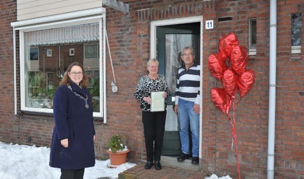 <p>Burgemeester Judith Michel feliciteert het echtpaar Nicolai.</p>