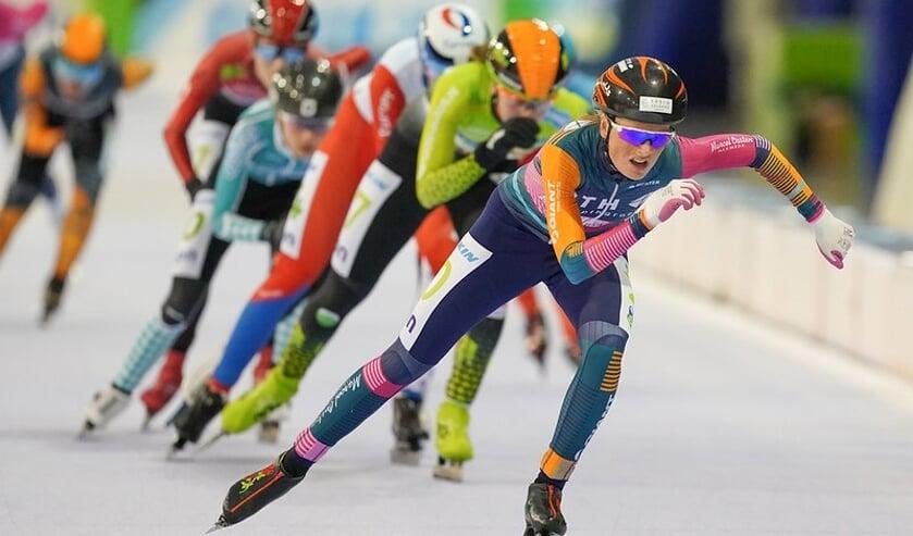 Aggie Walsma leidt het peloton. Volgend seizoen komt ze uit voor Team Skadi.(Foto Timsimaging)