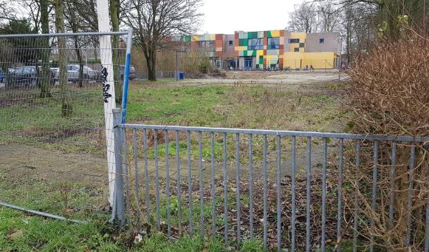 <p>Het terrein aan de Lourens Bogtmanstraat, waar woningbouw gerealiseerd gaat worden.</p>