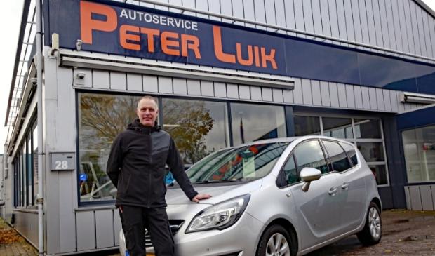 <p>Peter Luik voor zijn garage in &#39;t Zand.</p>