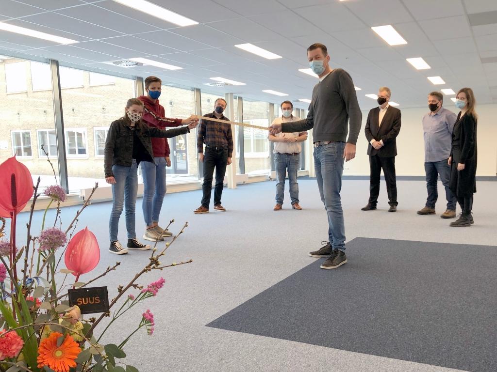 <p>Leerlingen Birthe (15) en Lars (16) krijgen de sleutel van het vernieuwde OLC van Marcel de Reus, projectleider Bouwbedrijf Jac. Tromp.</p>