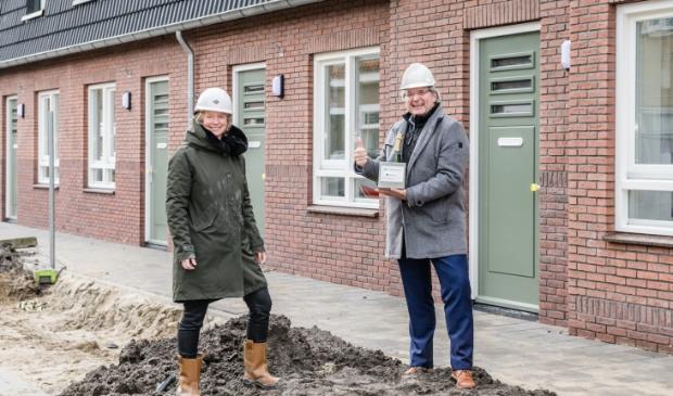 <p>Directeur-bestuurder Harry Platte, van woningcorporatie Parteon, en algemeen directeur Dorien Staal, van betonproducent Voorbij Prefab, voor de 70 nieuwe duurzame woningen. &nbsp;</p>