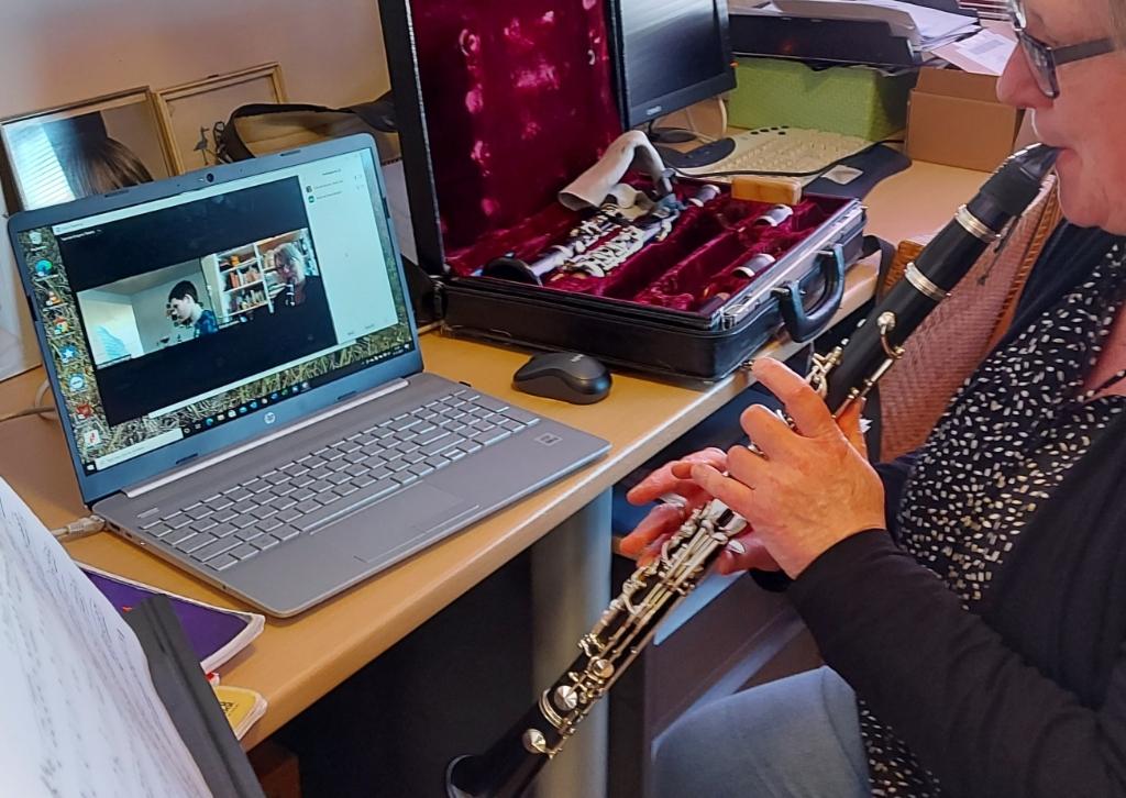 <p>Docent Gisla Bruitsman geeft klarinetles via de computer. </p> (Foto: aangeleverd) © rodi