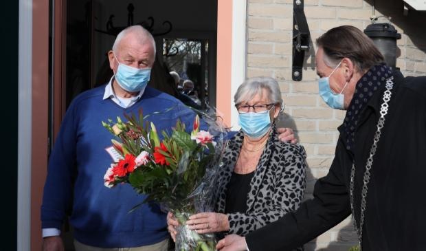 <p>Burgemeester Streng reikt een prachtig boeket uit aan Frans en Nel Koster.</p>