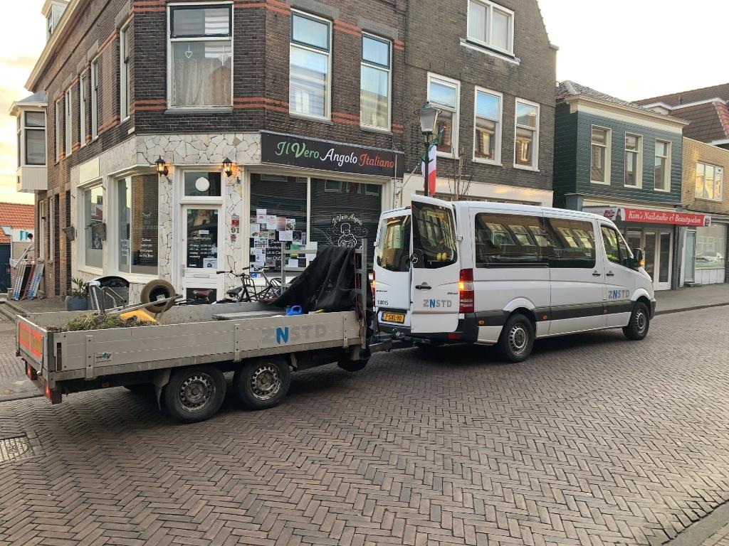 <p>Woensdagmorgen vroeg gingen de mannen van ZaanStart al op de Zuiddijk aan de slag met de geveltuinen.&nbsp;</p> <p>(Foto: aangeleverd)</p> © rodi