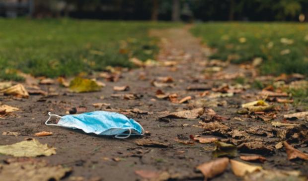 <p>Mondkapje op straat in plaats van in de prullenbak.</p>