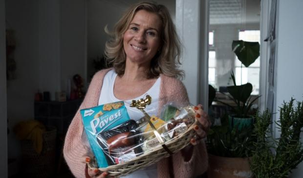 <p>&nbsp;buurtconsulent Annette Goossens met de Buurtborrelbonusbox.</p>