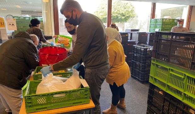 <p>Sofyan Mbarki bezoekt de voedselbank in Amsterdam-Noord.</p>