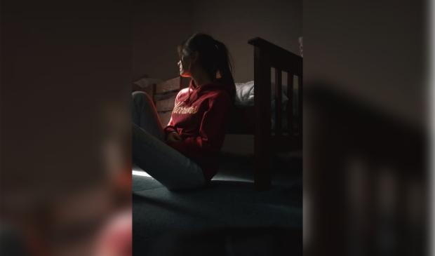 Jong meisje trekt zich terug op haar kamer.