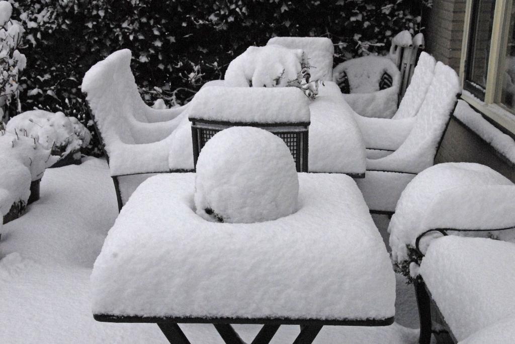 <p>En zo ziet je tuinmeubilair eruit na een sneeuwbuitje.</p> ((Foto: Peter Vreeswijk)) © rodi