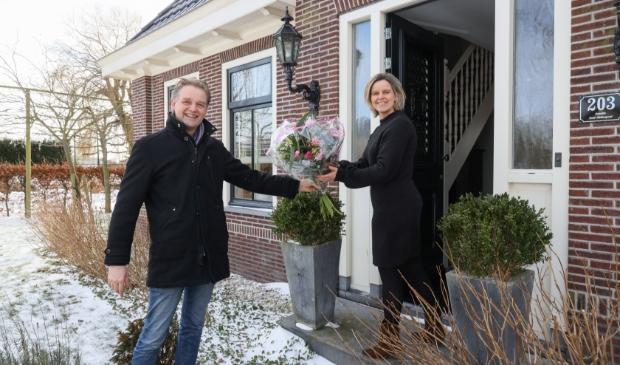 <p>Wethouder Nederpelt geeft Maaike Steltenpool een mooi boeket.</p>