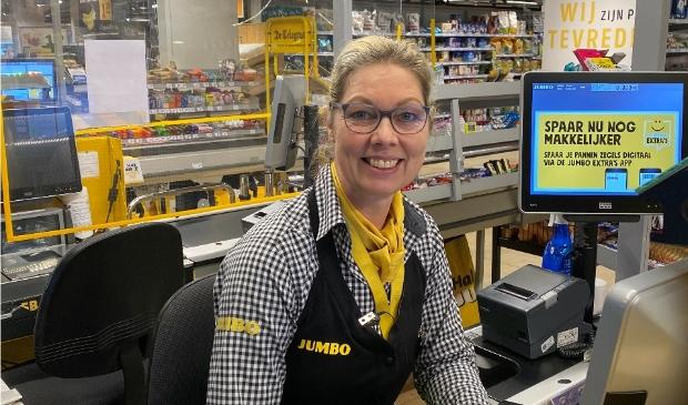 <p>Kassamedewerkster Miranda Meerhof is blij met de kans die ze krijgt bij Jumbo Monique.</p>