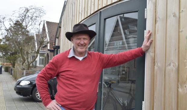 <p>Piet Grapendaal bij zijn voormalige kaasdiscountzaak in de Geelvinckstraat in Castricum.</p>