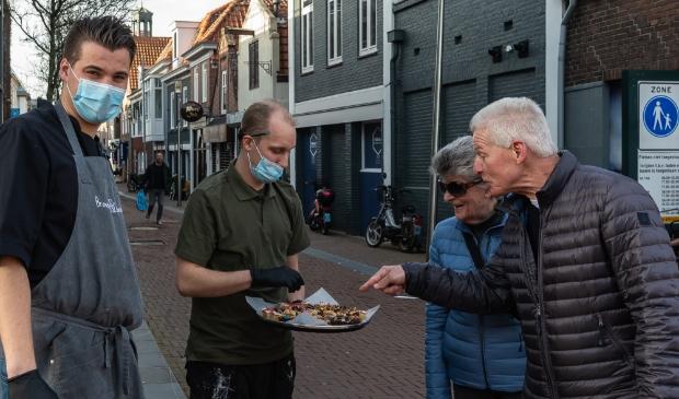 <p>Jelmer serveert Elly en Henk Zieleman een plak cake. Links Jelmers collega Jarno.&nbsp;</p>