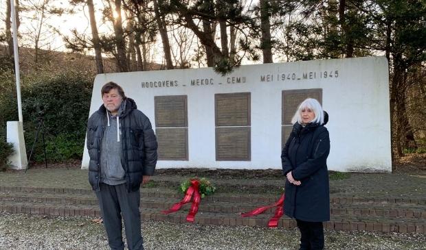 <p>Nico van Nijendaal en Conny Braam bij het herdenkingsmonument.</p>