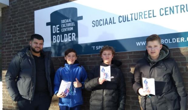 <p>Cas, Joep en Jelle ontvingen uit handen van jongerenwerker Ayoub een tegoedbon.&nbsp;</p>