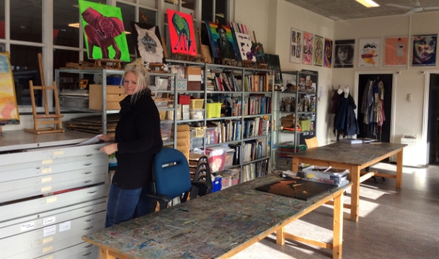 <p>Jola in het ruime atelier Anders Bekeken.</p>